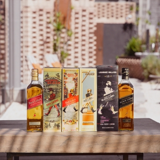 . La edición especial incluye cuatro diseños inspirados en los años 1908 Johnnie Walker Red Label (art nouvea), 1929 Johnnie Walker Red Label (pintura al óleo), 1970 Johnnie Walker Black Label (cultura pop) y 1996 Johnnie Walker Black Label (la era de la televisión y el VHS).